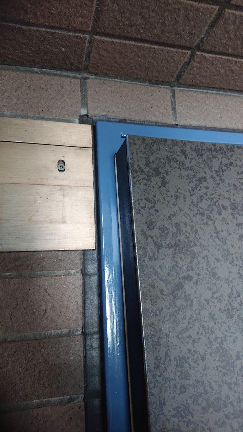 扉の左上がドア枠に当たって閉まりません。
