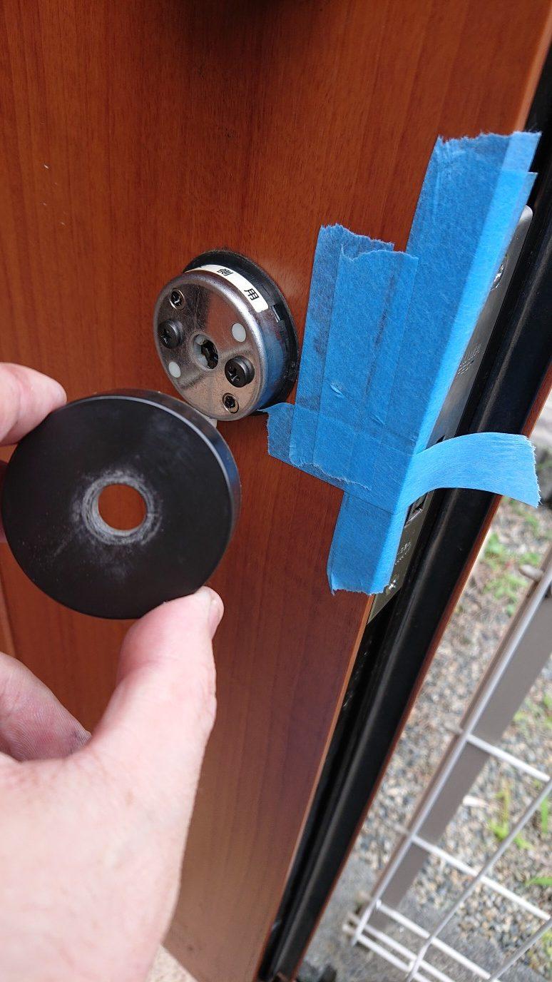 この扉は、ココに養生をしないと扉に傷が入るので注意です。
